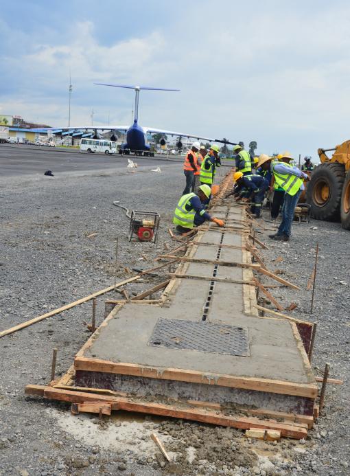 Vue des travaux de la pose de caniveau Qmax au niveau de l'extension de l'aire de stationnement des avions