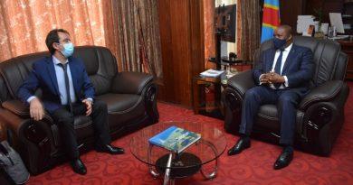 C'est la preuve de l'adhésion des partenaires à la politique du Ministère de l'Environnement et Développement Durable incarnée par Me Claude NYAMUGABO. Aussitôt arrivé de Paris, Mathieu Auger-schwartzenberg, le Chef de projet de l'Agence Française de Développement, AFD, qui a en charge la biodiversité et forêts en RDC a rencontré le Ministre de l'Environnement et Développement Durable Me Claude NYAMUGABO dans son cabinet de travail.