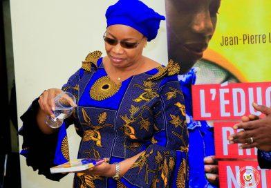 """EVE BAZAIBA PORTE SUR FONDS BAPTISMAUX L'OUVRAGE """" ÉDUCATION PRÉNATALE NATURELLE, SOCLE DU DÉVELOPPEMENT NATIONAL"""" OEUVRE DU PROFESSEUR JEAN-PIERRE LOTOY ILANGO BANGO"""